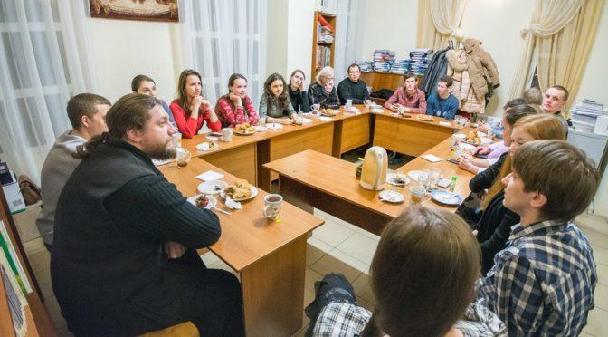 В молодежном клубе «Ладья» состоялась встреча с клириком Свято-Троицкого собора