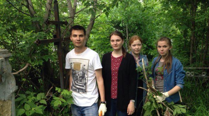 Активисты молодежного клуба «Ладья» приняли участие в благоустройстве захоронений на Воскресенском кладбище