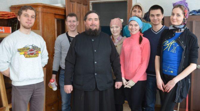 Активисты молодежного общества «Ладья» оказали помощь в подготовке сельского храма к празднику Пасхи