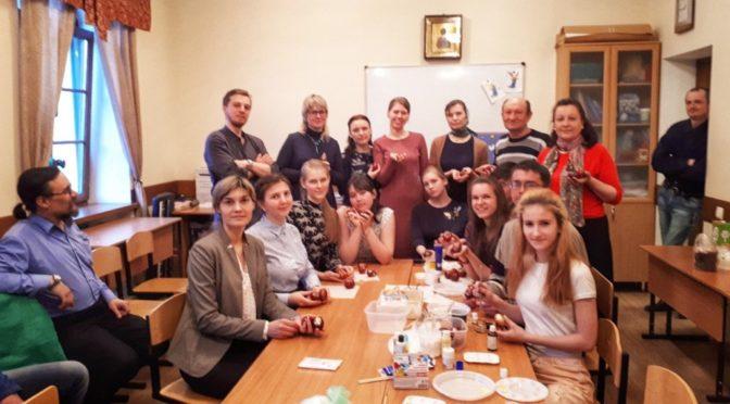 Ребята из клуба «Ладья» посетили мастер-класс по росписи пасхальных яиц
