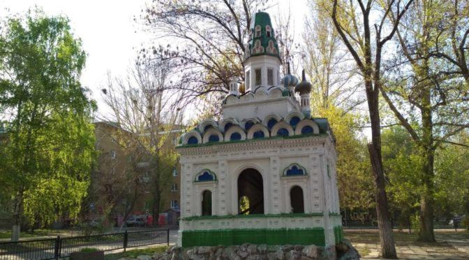 Активист клуба «Ладья» принял участие в уборке макетов храмов в Ленинском районе