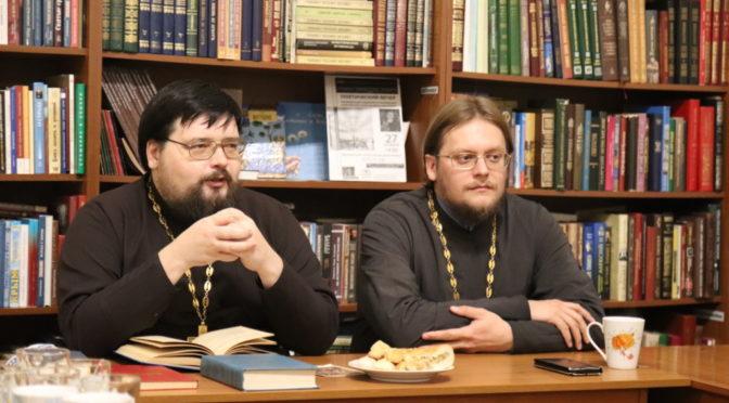 В «Ладье» состоялась встреча со священником Максимом Плякиным