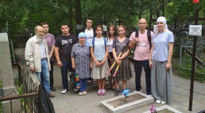 Активист клуба «Ладья» принял участие в акции по уборке могил на Воскресенском кладбище