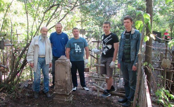 Активист «Ладьи» принял участие в акции по уборке могил на Воскресенском кладбище