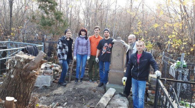 Активисты «Ладьи» приняли участие в акции по уборке могилы священнослужителя
