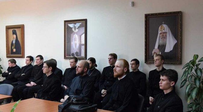 Клирик храма посетил выставку в библиотеке семинарии